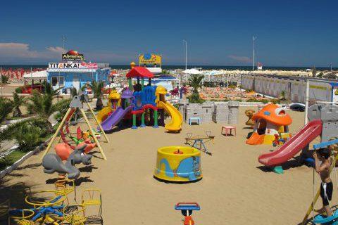 http://www.hoteltampico.it/wp-content/uploads/2016/05/spiaggia-giochi-e1480072645214.jpg