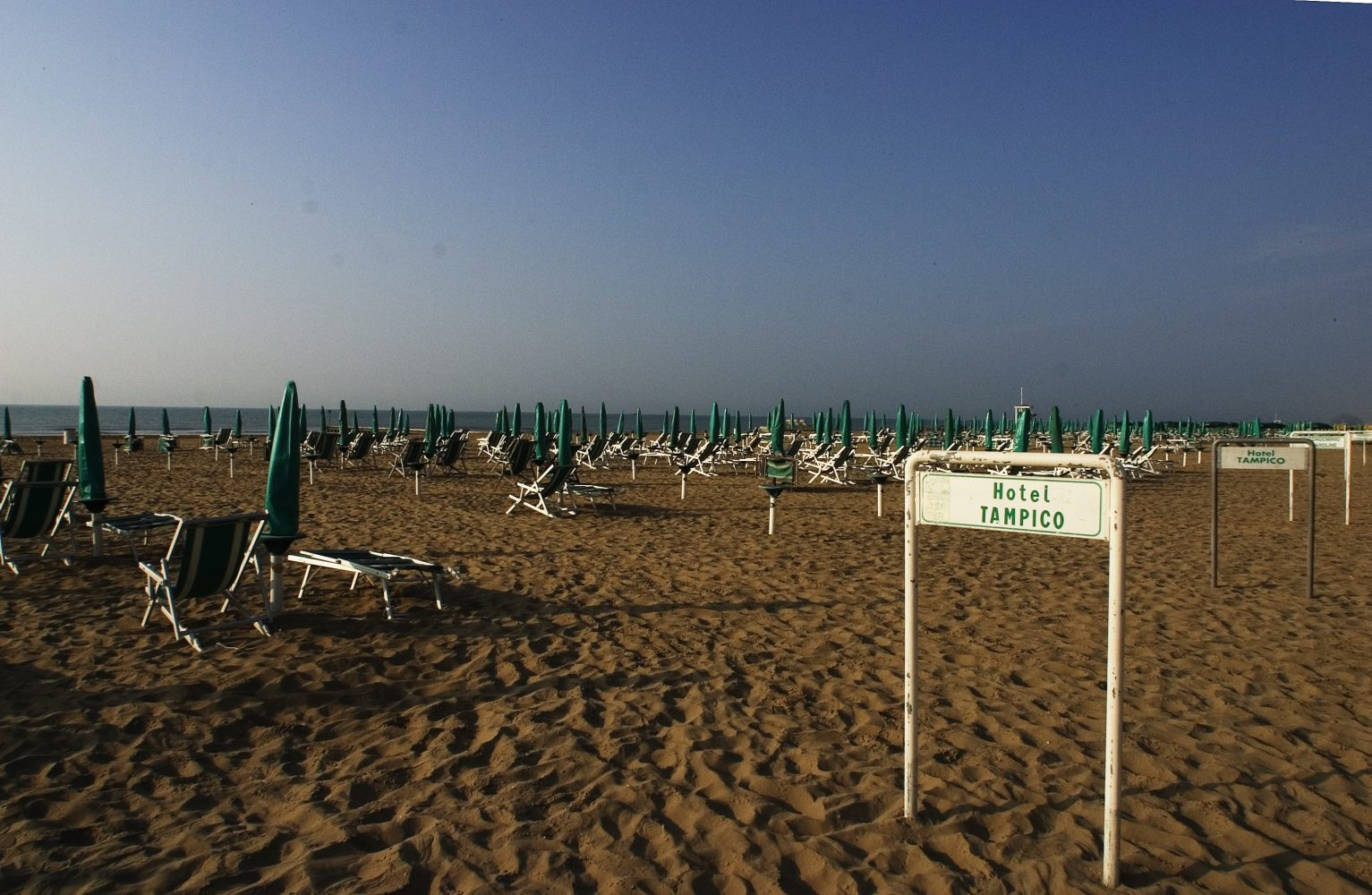 http://www.hoteltampico.it/wp-content/uploads/2016/11/spiaggia_01.jpg